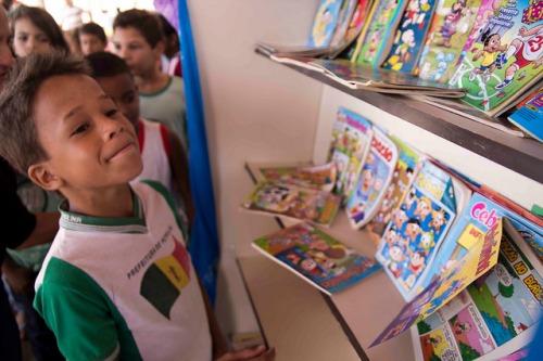 Crianças e o contato com a leitura. Contato com a biblioteca itinerante, que também contou com a presença de Chico | Foto: Costa Neto