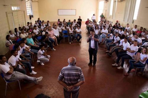 Alunos de escola estadual recebem o poeta Chico Pedrosa | Foto: Costa Neto